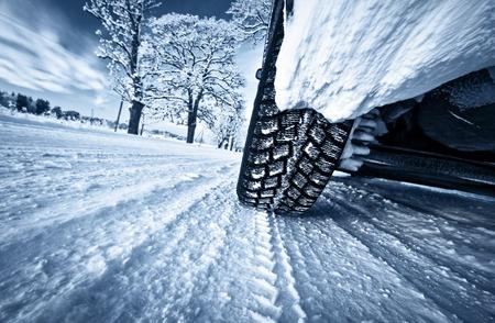 Vinterdäck på snöig vinterväg