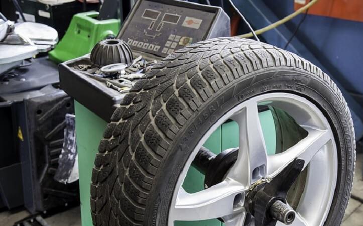 Däck monterad på en balanseringsmaskin