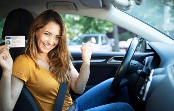 Glad ung kvinna klarat körkortet